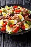Heerlijke gastronomisch nicoise salade met groenten, eieren, tonijn en royalty-vrije stock foto