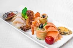 Heerlijke geassorteerde zeevruchten Vissen, garnalen, mosselen en zeeschelpen Horizontaal kader stock foto's