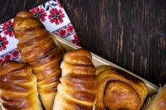 Heerlijke gebakken eigengemaakte broodjes en gebakjes van verschillende vormen met kaneel en diverse vullingen die op vierkante h stock foto's