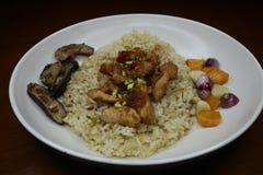 Heerlijke gebraden rijst met geroosterde pijlinktvisschotels stock afbeeldingen