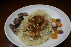 Heerlijke gebraden rijst met geroosterde pijlinktvisschotels stock fotografie