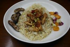 Heerlijke gebraden rijst met geroosterde pijlinktvisschotels royalty-vrije stock afbeeldingen