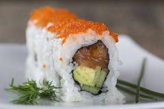 Heerlijke gemengde die sushi op witte marmeren oppervlakte worden geschikt Royalty-vrije Stock Afbeelding