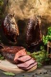 Heerlijke gerookte die ham op de traditionele manier wordt gekookt Stock Foto's