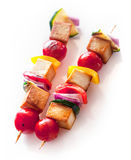 Heerlijke geroosterde gerookte Tofu en plantaardige kebabs Stock Fotografie