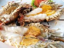 Heerlijke geroosterde jumbo reuze zoetwaterriviergarnalen met gesmolten oranje hoofdolie, bij zeevruchtenrestaurant in Thailand, Royalty-vrije Stock Afbeeldingen