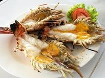 Heerlijke geroosterde jumbo reuze zoetwaterriviergarnalen met gesmolten oranje hoofdolie, bij zeevruchtenrestaurant in Thailand Stock Afbeeldingen