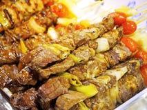 Heerlijke Geroosterde Varkensvleeskebabs met Chili Sauce stock afbeelding