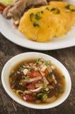 Heerlijke gesneden die aardappelstukken aan perfectie worden gekookt, omhoog op witte plaat met groen kruidenbovenste laagje word stock foto's