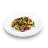 Heerlijke gezonde warme salade met rundvlees en groenten stock afbeelding