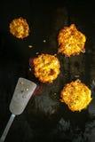 Heerlijke gouden gebraden aardappelfritters Stock Afbeeldingen