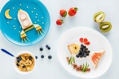 Heerlijke grappige sandwiches op platen en graangewassenvlokken met vruchten Stock Foto's