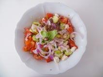 Heerlijke Griekse salade op een witte ceramische plaat van hierboven stock fotografie