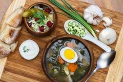 Heerlijke groene soep met zuring op lijstclose-up Royalty-vrije Stock Foto