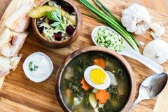 Heerlijke groene soep met zuring op lijstclose-up Royalty-vrije Stock Afbeelding