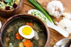 Heerlijke groene soep met zuring op lijstclose-up Stock Afbeelding