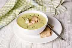 Heerlijke groentesoep met aardappel, broccoli, slabonen Stock Afbeelding