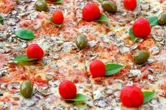 Heerlijke grote pizzaclose-up Stock Foto