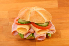 Heerlijke ham, kaas en saladesandwich Royalty-vrije Stock Foto