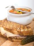 Heerlijke ham, varkensvlees en Zwitserse kaaspanini met groentesoep Stock Fotografie
