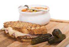 Heerlijke ham, varkensvlees en Zwitserse kaaspanini met groentesoep Royalty-vrije Stock Afbeelding