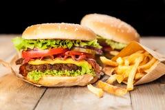 Heerlijke hamburger en gebraden gerechten Royalty-vrije Stock Foto