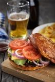 Heerlijke hamburger met groenten en een kotelet Stock Foto