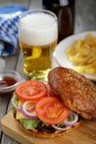 Heerlijke hamburger met groenten en een kotelet Royalty-vrije Stock Fotografie