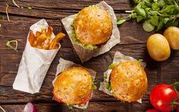 Heerlijke hamburgers op hout Meeneemvoedsel stock afbeeldingen