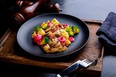 Heerlijke het Restaurantschotel van Rundvleesstrogans op restaurantachtergrond Gezond exclusief voedsel op grote zwarte schotelcl stock foto