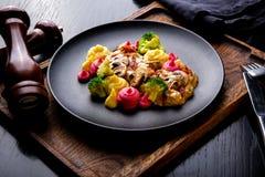 Heerlijke het Restaurantschotel van Rundvleesstrogans op restaurantachtergrond Gezond exclusief voedsel op grote zwarte schotelcl royalty-vrije stock foto