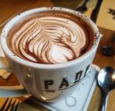 Heerlijke hete chocolade in bakkerij royalty-vrije stock afbeeldingen