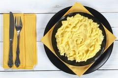 Heerlijke hete fijngestampte aardappel op plaat royalty-vrije stock afbeelding