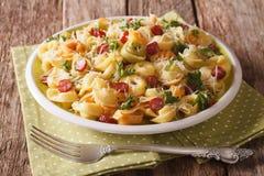 Heerlijke hete gekleurde tortellini met parmezaanse kaas en gesneden sausag Royalty-vrije Stock Foto