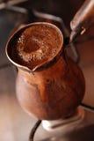 Heerlijke hete koffie die in Turkse coffee-pot wordt gemaakt Royalty-vrije Stock Afbeeldingen