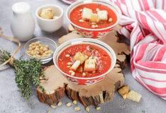 Heerlijke hete of koude tomatensoep met croutons Royalty-vrije Stock Afbeeldingen
