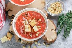 Heerlijke hete of koude tomatensoep met croutons Stock Foto's
