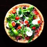 Heerlijke hete pizza met paddestoelen, mozarella en pepperonis  stock afbeeldingen