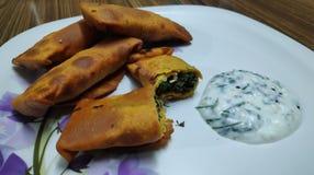 Heerlijke Indische die snack als kothimbir vadi wordt geroepen met gestremde melkchutney wordt gekruid stock afbeelding
