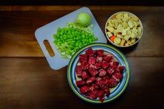 Heerlijke ingedients voor een hartelijke rundvleeshutspot stock fotografie