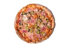 Heerlijke Italiaanse pizza met ham, komkommer, en ui Stock Fotografie