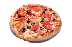 Heerlijke Italiaanse pizza met ham, tomaten, en olijven Stock Fotografie