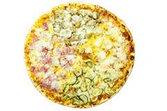 Heerlijke Italiaanse pizza over wit Royalty-vrije Stock Fotografie