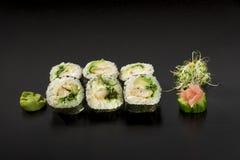 Heerlijke Japanse die sushibroodjes met zeewiersalade worden verfraaid en Stock Afbeelding