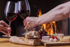 Heerlijke kaas en wijn bij de open haard Royalty-vrije Stock Afbeelding