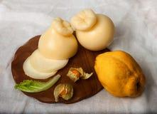 Heerlijke kaas op de lijst stock afbeeldingen