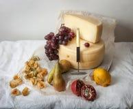 Heerlijke kaas op de lijst royalty-vrije stock afbeelding