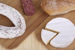 Heerlijke kaas, worst, baguettes Stock Afbeeldingen