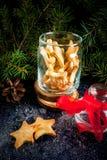 Heerlijke Kerstmiskoekjes in kruik stock afbeelding