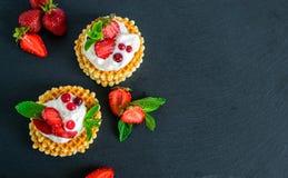 Heerlijke knapperige Belgische wafels met slagroom en aardbeien stock foto